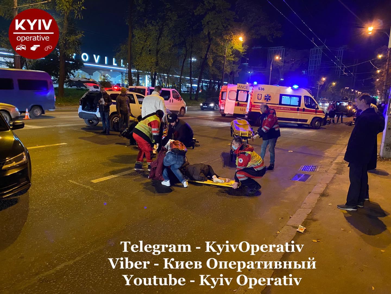 У Києві мотоцикліст збив 3 пішоходів (відео) - швидка медична допомога, нетверезий водій, мотоцикл - Harley Davidson pozbyvav pishohodiv na pishohidnomu perehodi Video Pryblyzno o.xxoh4b104489a95357c530dcba81d7b1ce7doe5FD08BD2