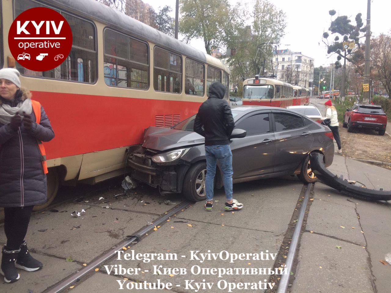 У Києві автівка в'їхала в трамвай - Київ, ДТП - Hyundaj1