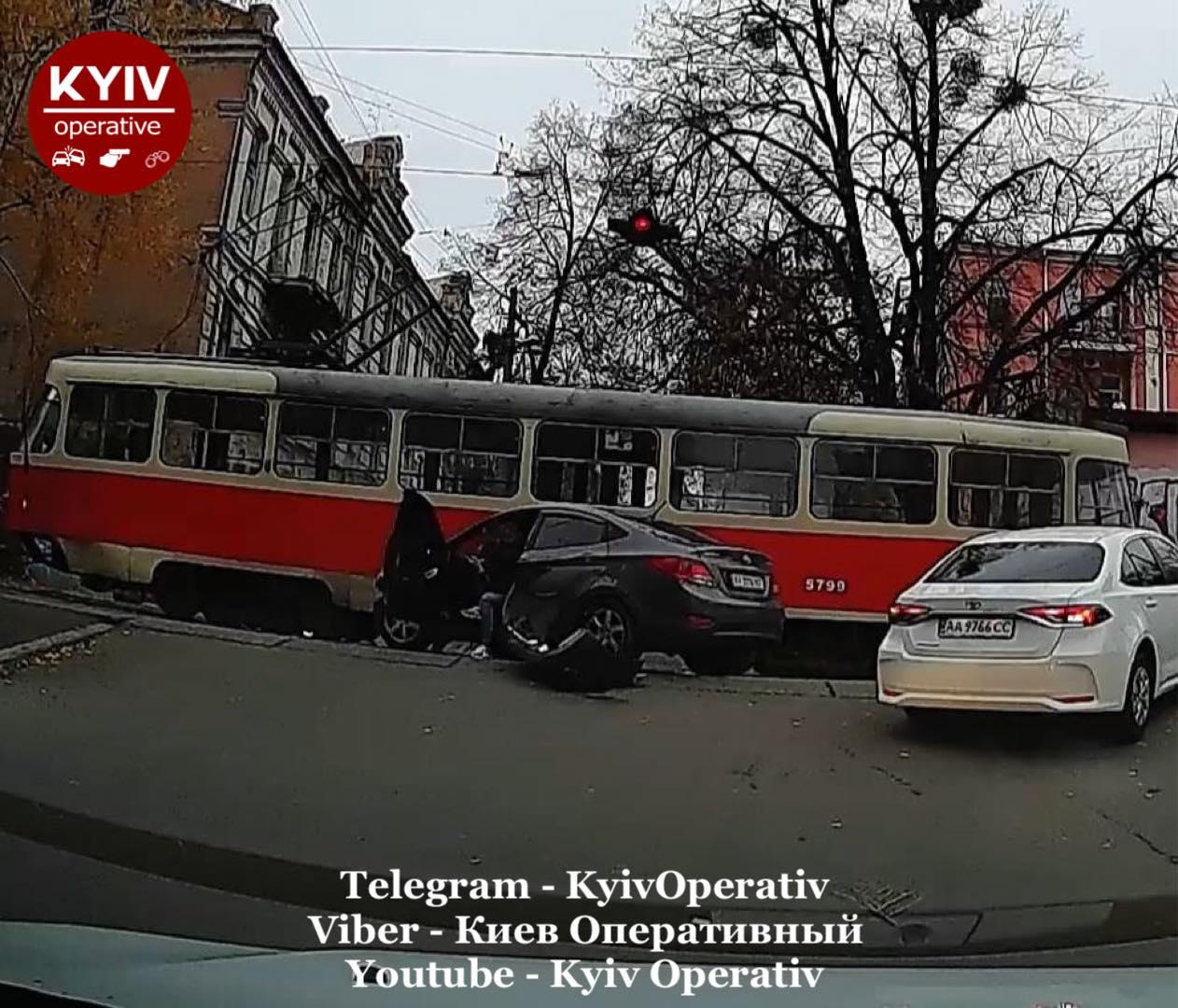 У Києві автівка в'їхала в трамвай - Київ, ДТП - Hyundaj2