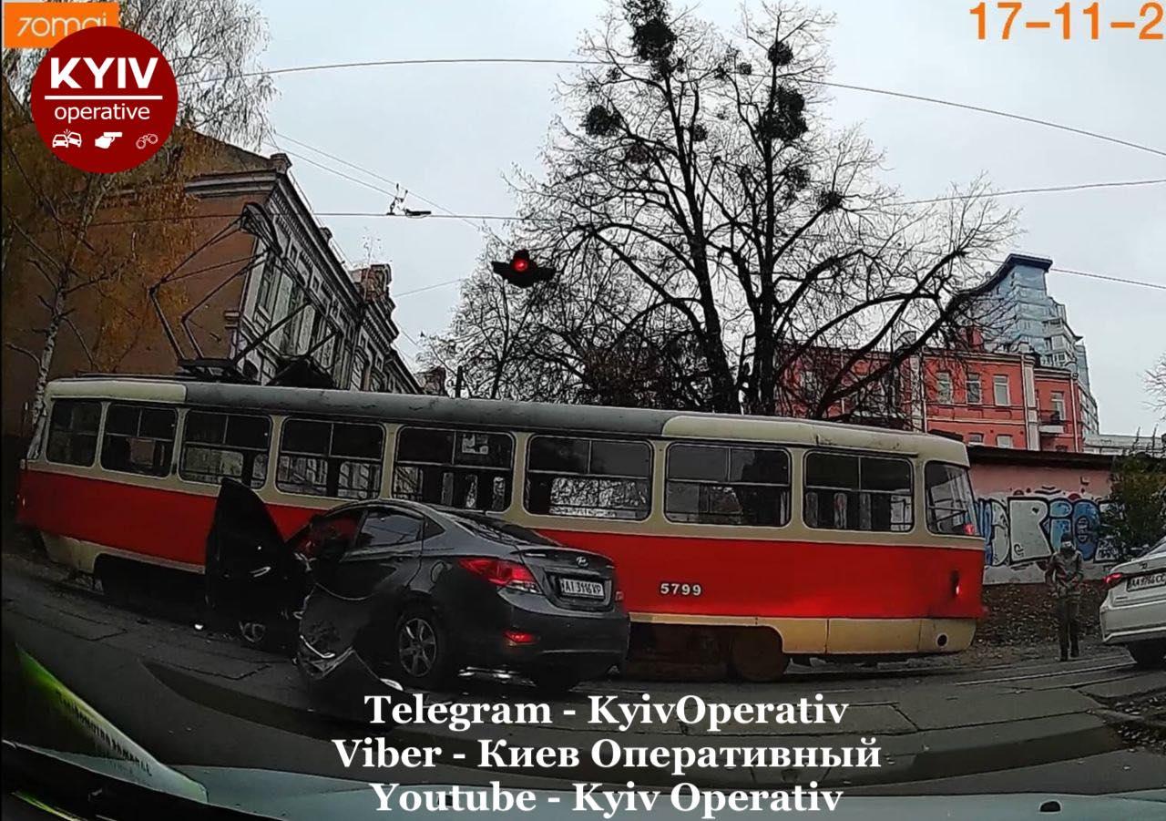 У Києві автівка в'їхала в трамвай - Київ, ДТП - Hyundaj3