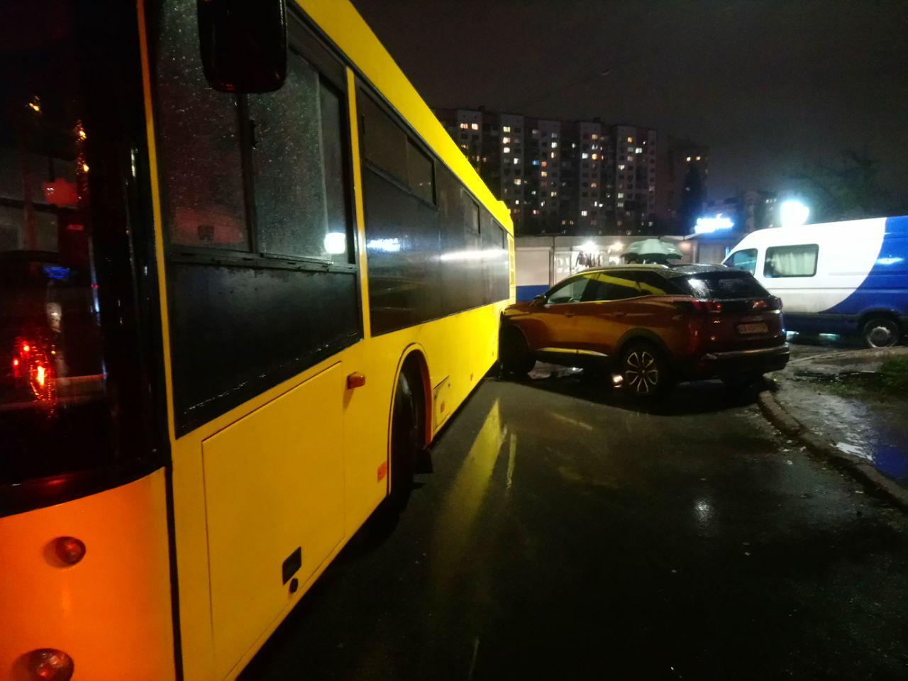 Курйозна ДТП: автобус не зміг об'їхати героя парковки - паркування, ДТП, автобус - IMG 20201120 194527 000