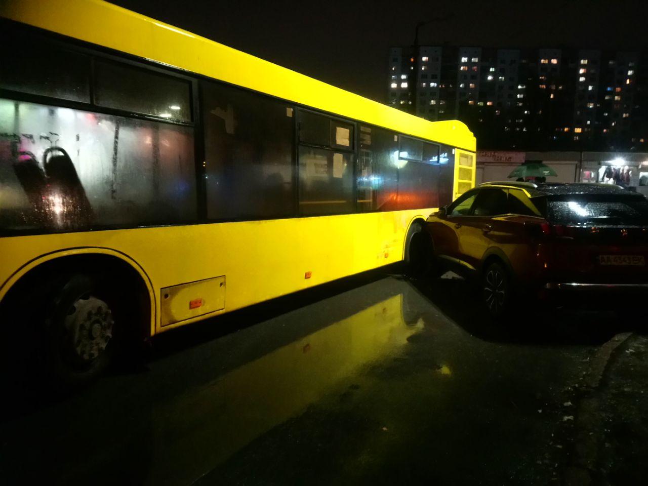 Курйозна ДТП: автобус не зміг об'їхати героя парковки - паркування, ДТП, автобус - IMG 20201120 194530 205