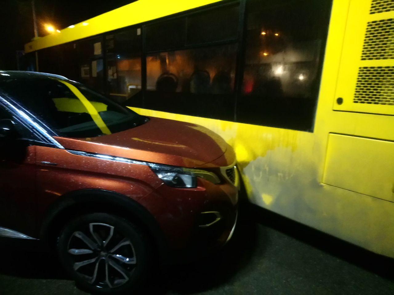 Курйозна ДТП: автобус не зміг об'їхати героя парковки - паркування, ДТП, автобус - IMG 20201120 194533 107