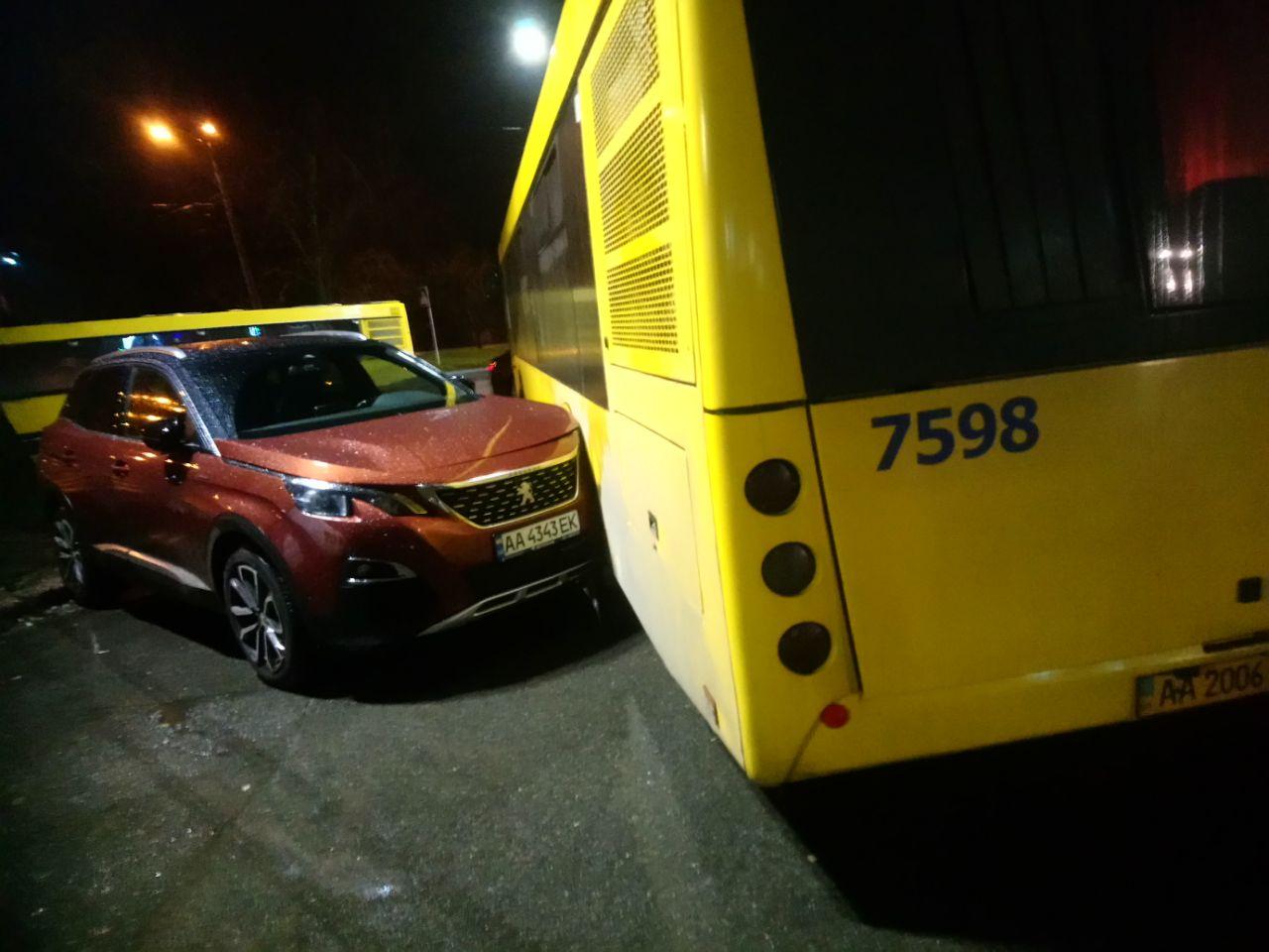 Курйозна ДТП: автобус не зміг об'їхати героя парковки - паркування, ДТП, автобус - IMG 20201120 194536 360