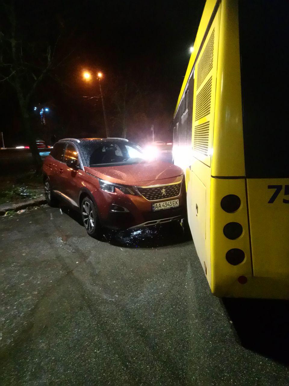 Курйозна ДТП: автобус не зміг об'їхати героя парковки - паркування, ДТП, автобус - IMG 20201120 194539 981