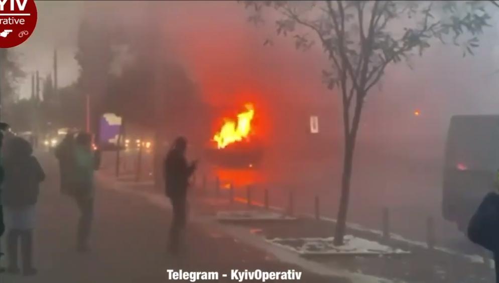 Київ: легковик спалахнув під час руху (відео) - загорання, автомобіль - Screenshot 15