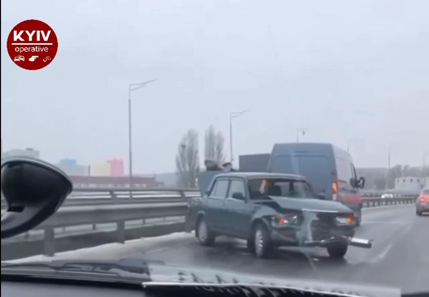 На столичному мосту ВАЗ влетів у мікроавтобус - шляхопровід, зіткнення - Screenshot 17 1