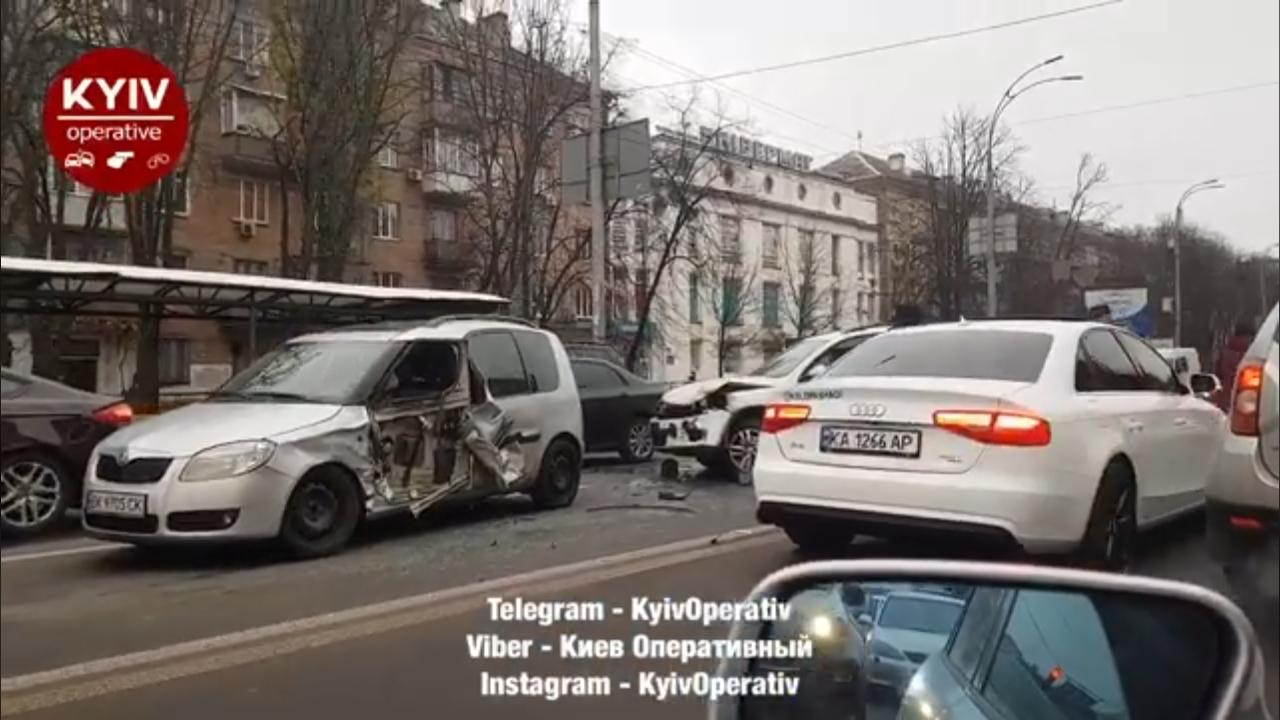 Зіткнулося 5 авто: на столичному Повітрофлотському проспекті - серйозна аварія -  - Screenshot 20201119 160645 Facebook