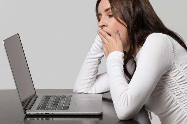 Вчені розповіли про ранні симптоми COVID-19 - коронавірус, захворюваність, дослідження, COVID-19 - fatigue at work and sleep deprivation exhausted woman yawning sitting at table and working at laptop 165285 1097