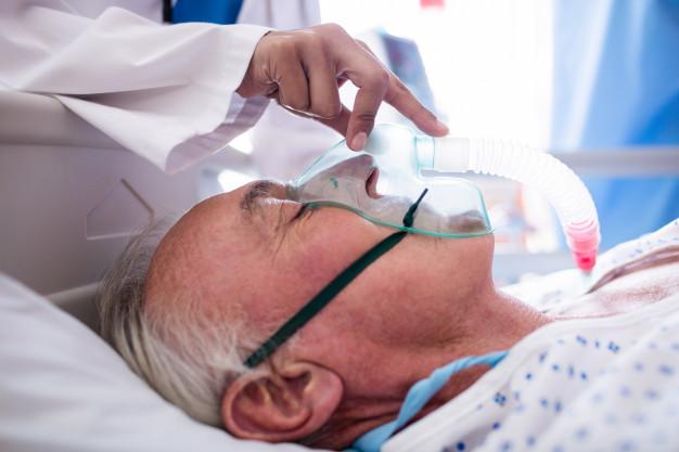 На забезпечення киснем ліжок у лікарнях виділено майже 900 млн грн - коронавірус - hand of female doctor putting oxygen mask on patient face 107420 63870