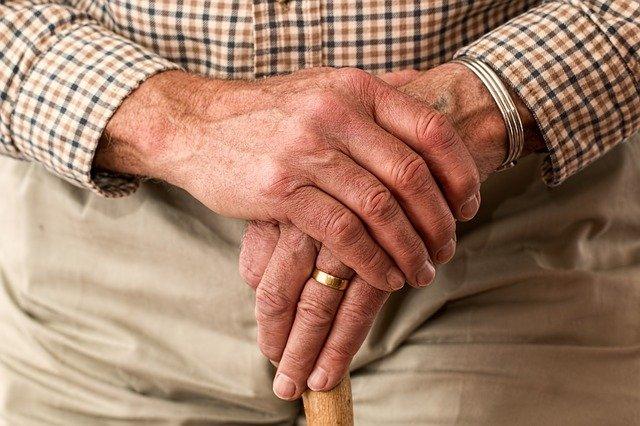 Що чекає на пенсіонерів у 2021 році - пенсіонери, пенсії - hands 981400 640