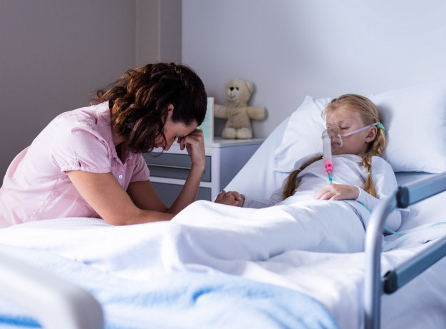 На забезпечення киснем ліжок у лікарнях виділено майже 900 млн грн - коронавірус - sad doctor sitting with patient 107420 79818