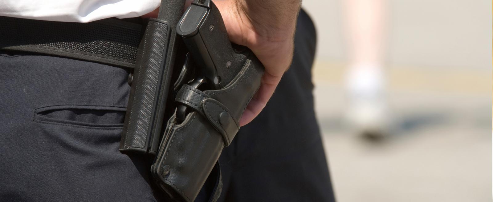 На Печерську затримали агресивного чоловіка в аптеці - хуліганські дії, пістолет, охорона, зброя, аптека - vooruzhennaya ohrana1