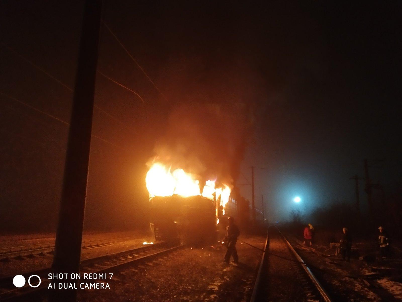 Яготин: пожежні загасили палаючий електропотяг (відео) - загорання, електрички - 0 02 05 d688f535976621713ffd46e874e25e985affb30d3fd236315889d6e20c025502 4a63791a