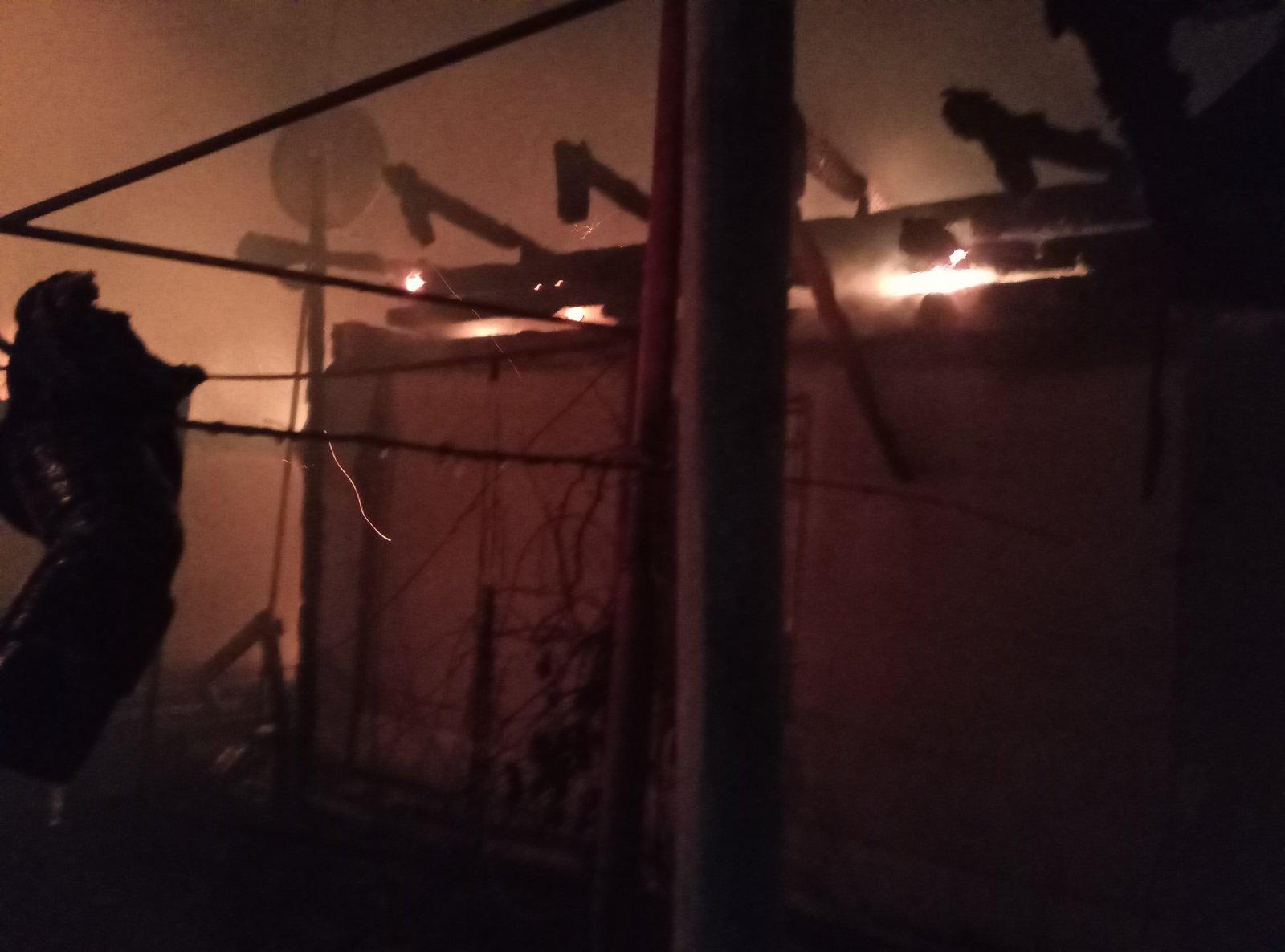На Макарівщині вогонь майже повністю знищив три будівлі - пожежники, пожежа, згоріла будівля, згорів будинок, газ, вогонь - 07 makarov