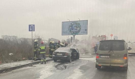 В Києві посеред мосту спалахнуло авто (відео) - вогонь, автомобіль - 159696