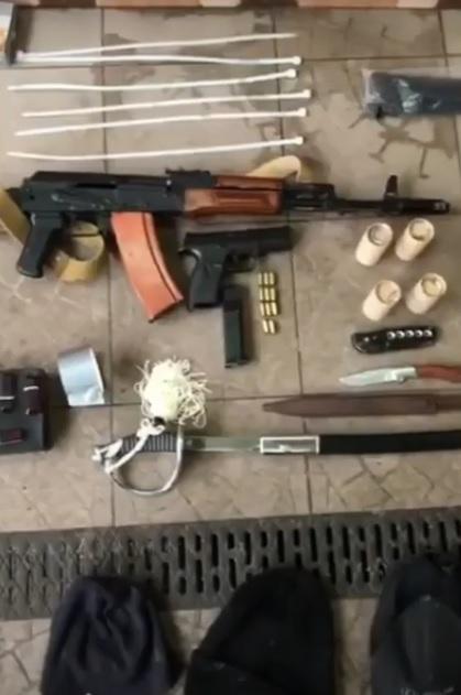 Катували праскою та різали ножем: озброєну банду з Ірпеня затримали - катування, злочинці, злочинна група, затримання злочинця, банда - 18 polytsyya4