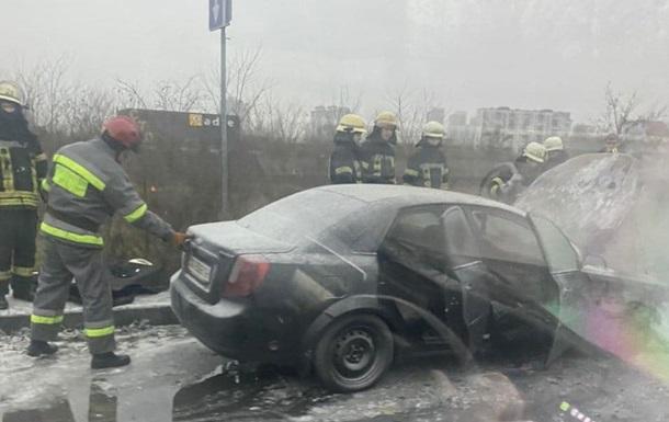 В Києві посеред мосту спалахнуло авто (відео) - вогонь, автомобіль - 2573951