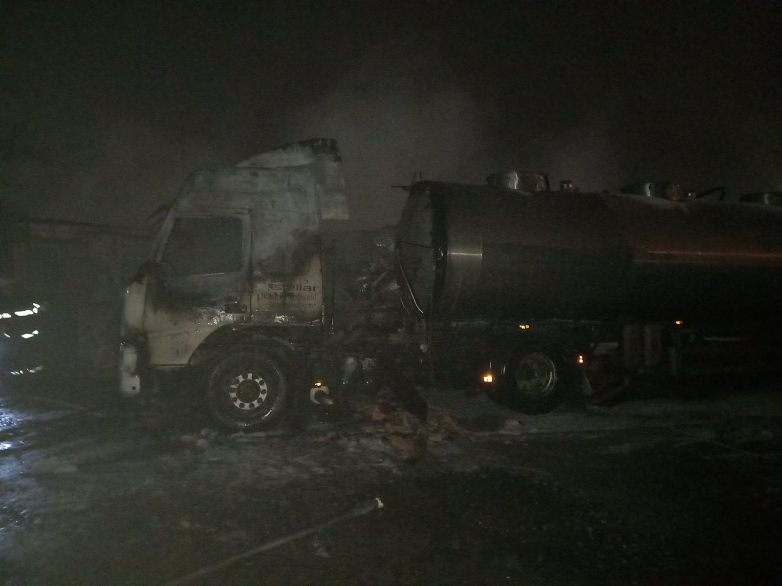 На Тетіївщині горіла вантажівка з двома гаражами - Тетіївський район, пожежа, загорання автомобіля, вантажівка - IMG 83d40ffaaeebc324aef72d2b5b76d4f9 V