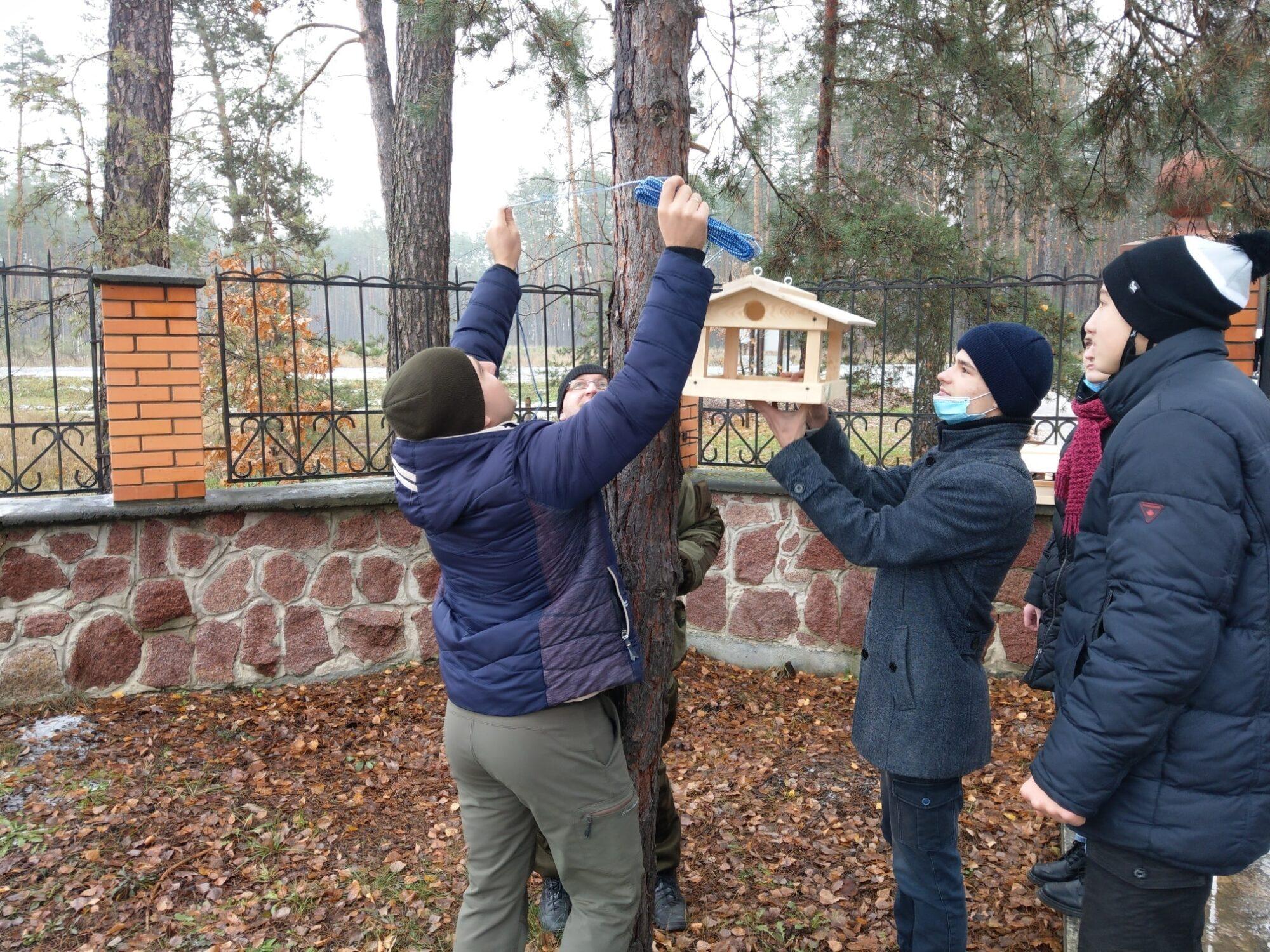 Школярі Вишгородщини готують «зимові їдальні» - Птахи, довкілля, Годівнички - Lisgosp3 2000x1500