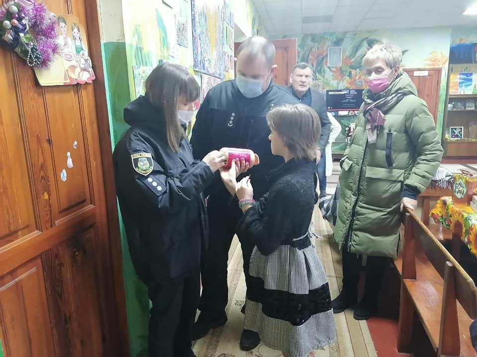 Вишгородські поліцейські роздавали «миколайчиків» - свято, Поліція, дитячий будинок, Вишгородський район - Lyubystok3