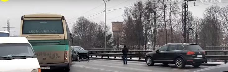 Масштабна ДТП у Броварах: маршрутки і легковики розкидані по дорозі (відео) - Поліція, Маршрутка, автомобілі, Аварія на дорозі - Novyj rysunok 1