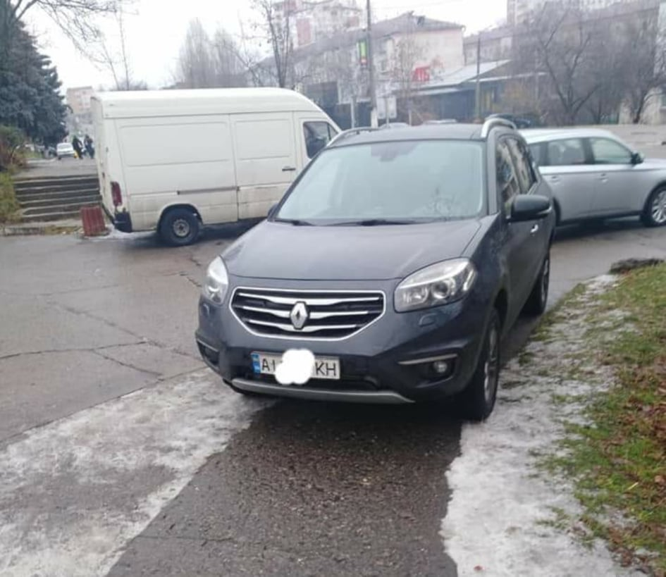 Паркування на вишгородському тротуарі закінчилось штрафом - - Parkovka gazon2o