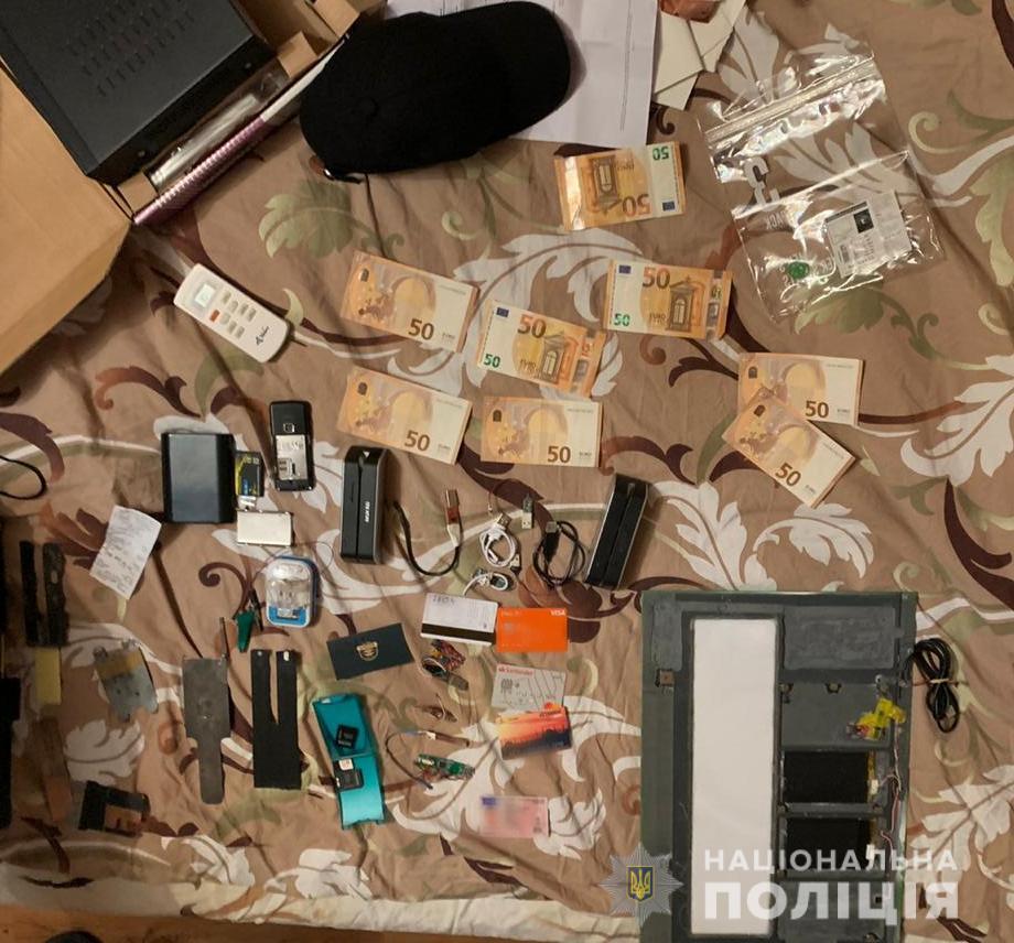 Майже 500 000 грн з банківських карток: іноземець знімав гроші громадян - шахрайство, Гроші, банківська система, афера - cyberpolice 30.11