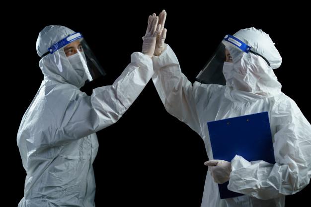 Захворюваність на COVID-19 знизилась – локдауну не буде до січня - українці, статистика COVID-19, коронавірусна інфекція, коронавірус, захворюваність - doctor wearing ppe and face shield they are celebrating for stop covid 19 outbreak successful 46370 1512
