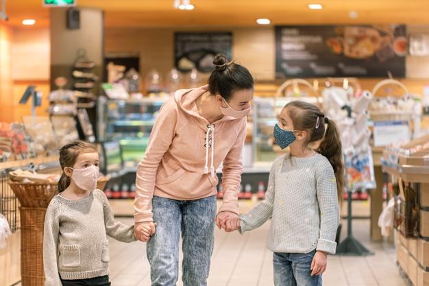 Карантин «вихідного дня» уряд не продовжив – вся Україна «помаранчева» - пандемія коронавірусу, коронавірус, карантин, епідемія коронавірусу, COVID-19 - mom and daughters shop in masks at the store during quarantine due to the coronavirus pandemic 169016 6552