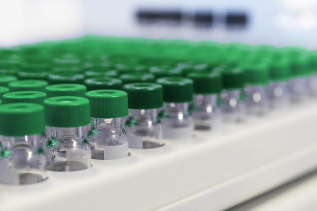 400 тис. доз вакцини на смітник: збій у компанії Moderna - США, Вакцинація, вакцина - rows of glass vials in the tray automatic liquid dispenser 143715 82