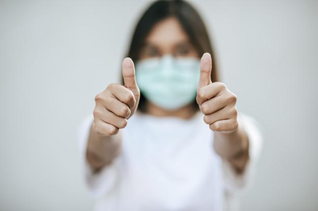 Протягом тижня в Україні тих, хто поборов COVID-19, більше, ніж тих, які підхопили - статистика COVID-19, коронавірус, захворюваність, COVID-19 - the women wear masks and mark them with their thumbs up 1150 22856