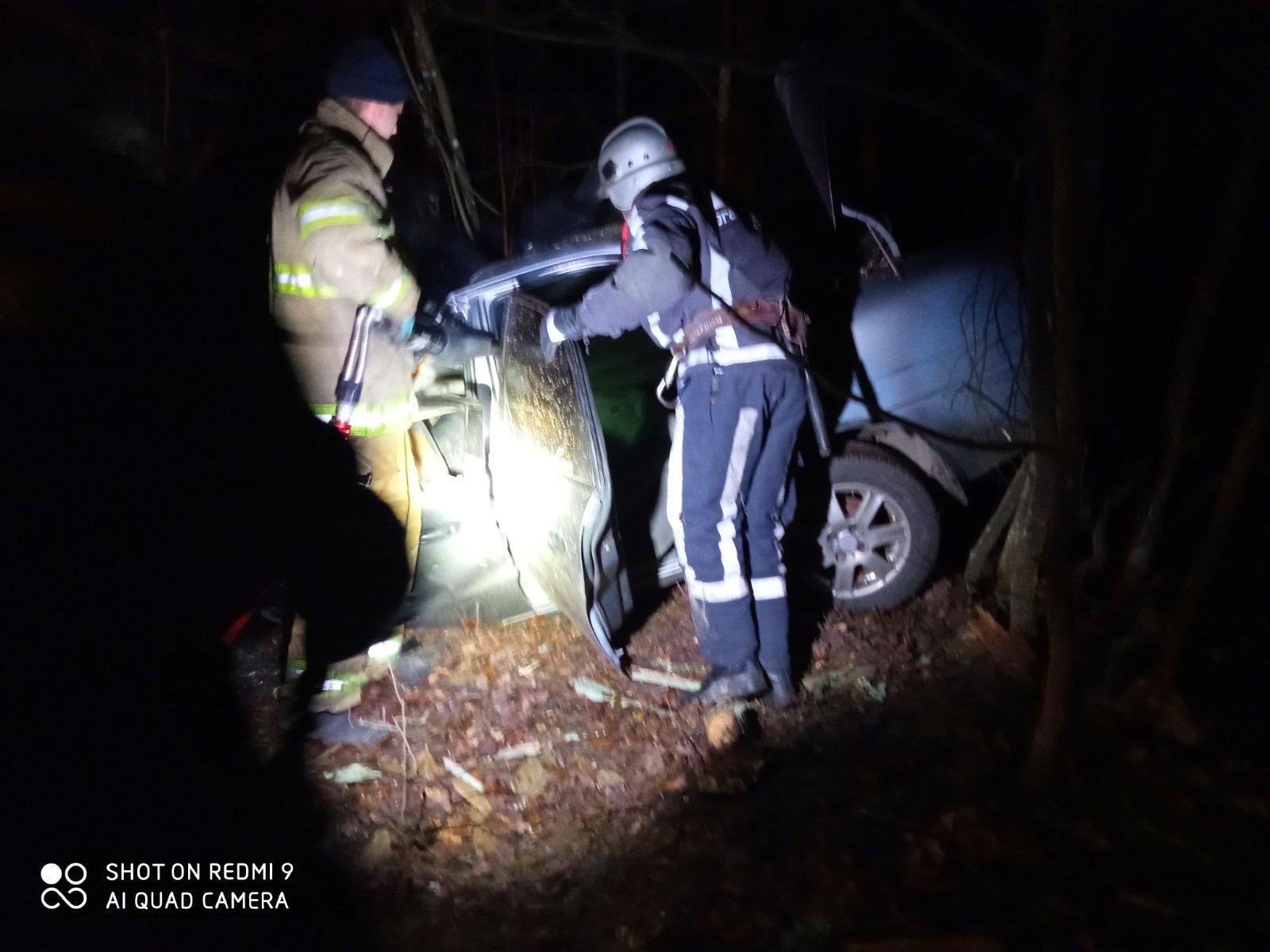На Київщині водій не впорався з керування і врізався у дерево - Пісківська ОТГ, Бородянський район, Аварія - 04