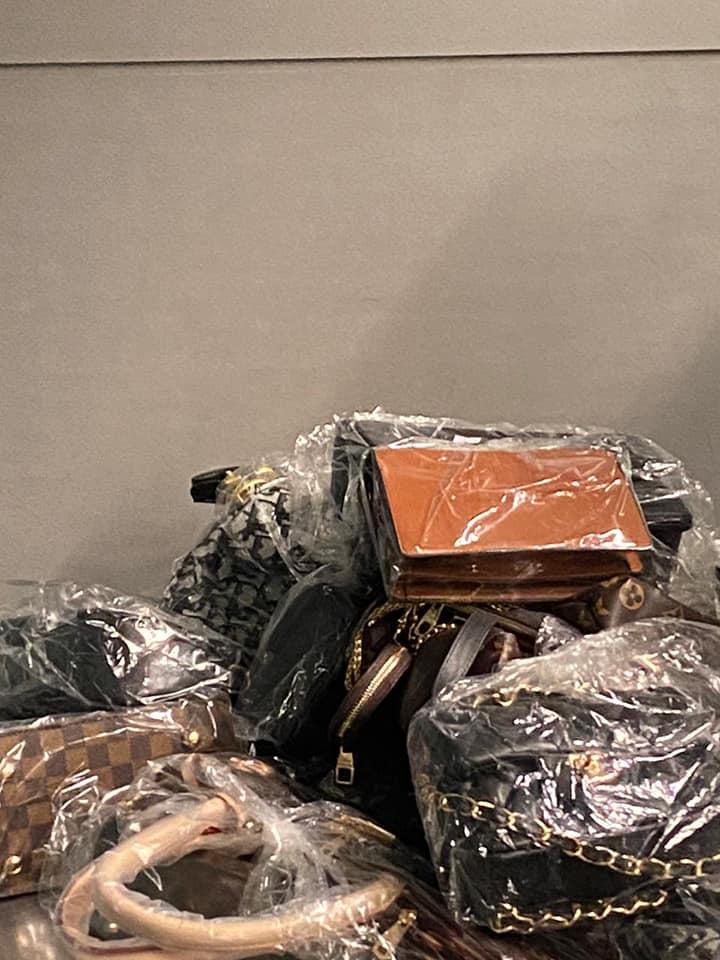 Українці хотіли незаконно ввезти в країну 260 кг брендових речей - Митниця, аеропорт «Бориспіль» - 140157097 1013268622493039 5189242098395317622 n