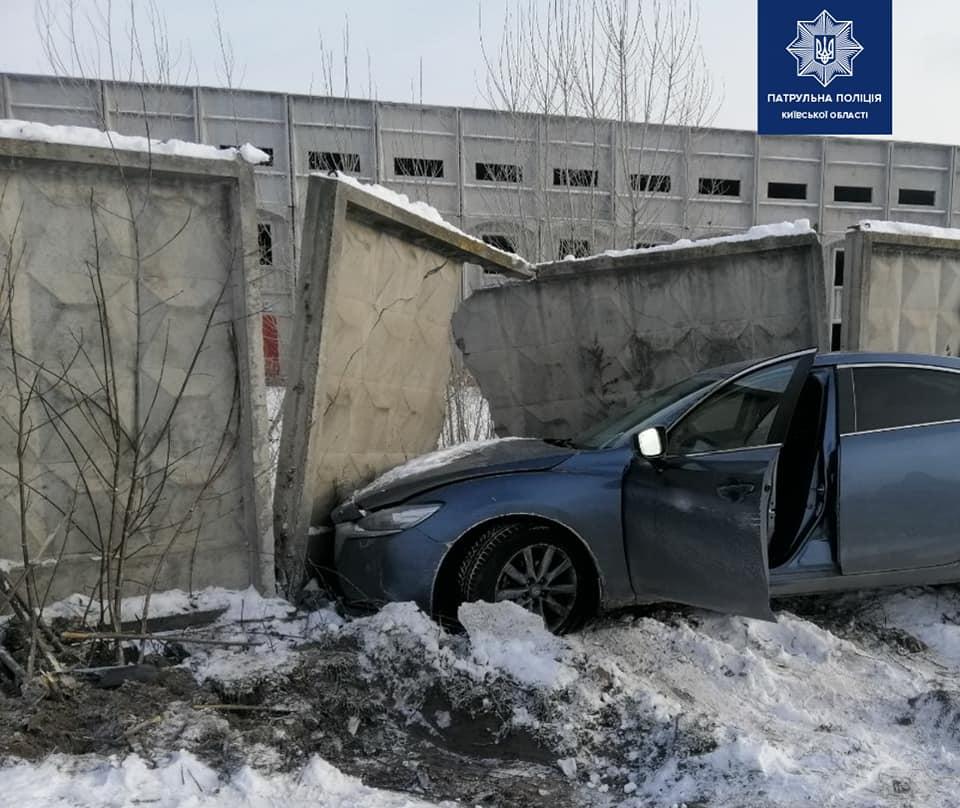 У Борисполі легковик пробив бетонну огорожу - Поліція, легковик - 140268968 1996552390518344 1841453671644800697 n