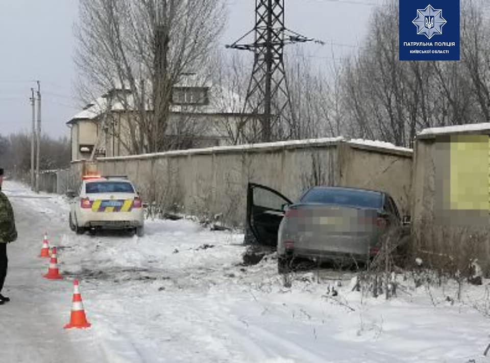 У Борисполі легковик пробив бетонну огорожу - Поліція, легковик - 140330098 1996552413851675 7587057965428863713 n
