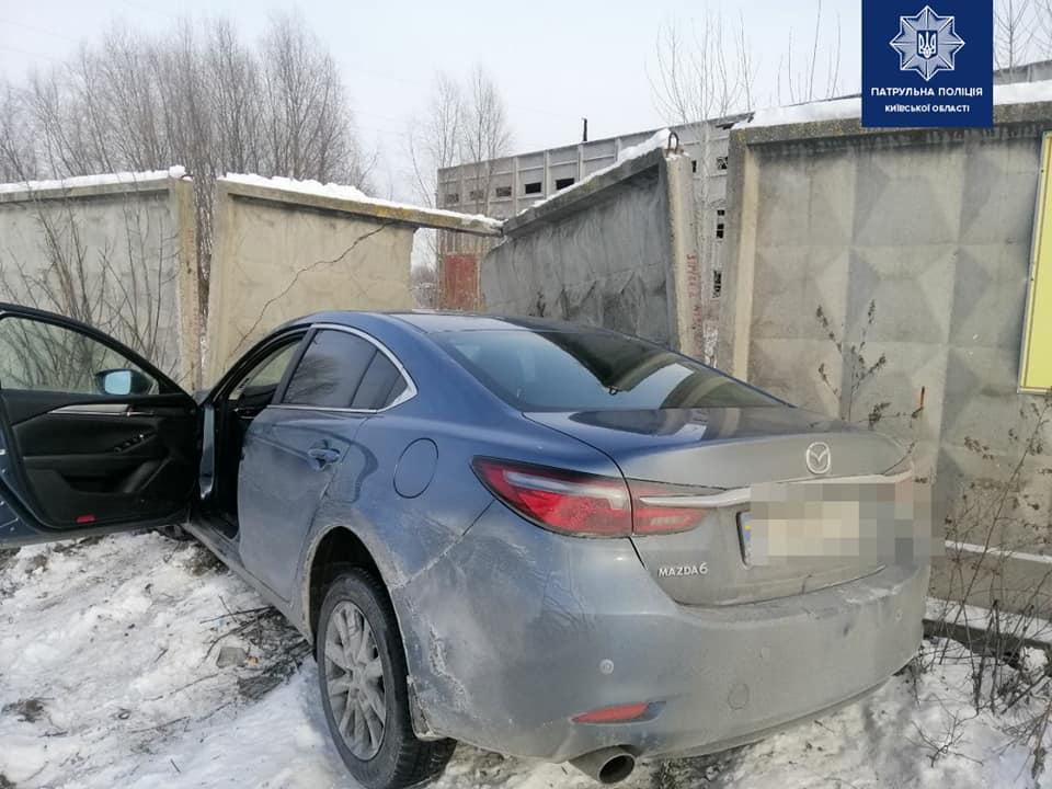 У Борисполі легковик пробив бетонну огорожу - Поліція, легковик - 140362095 1996552443851672 5455309279680360706 n
