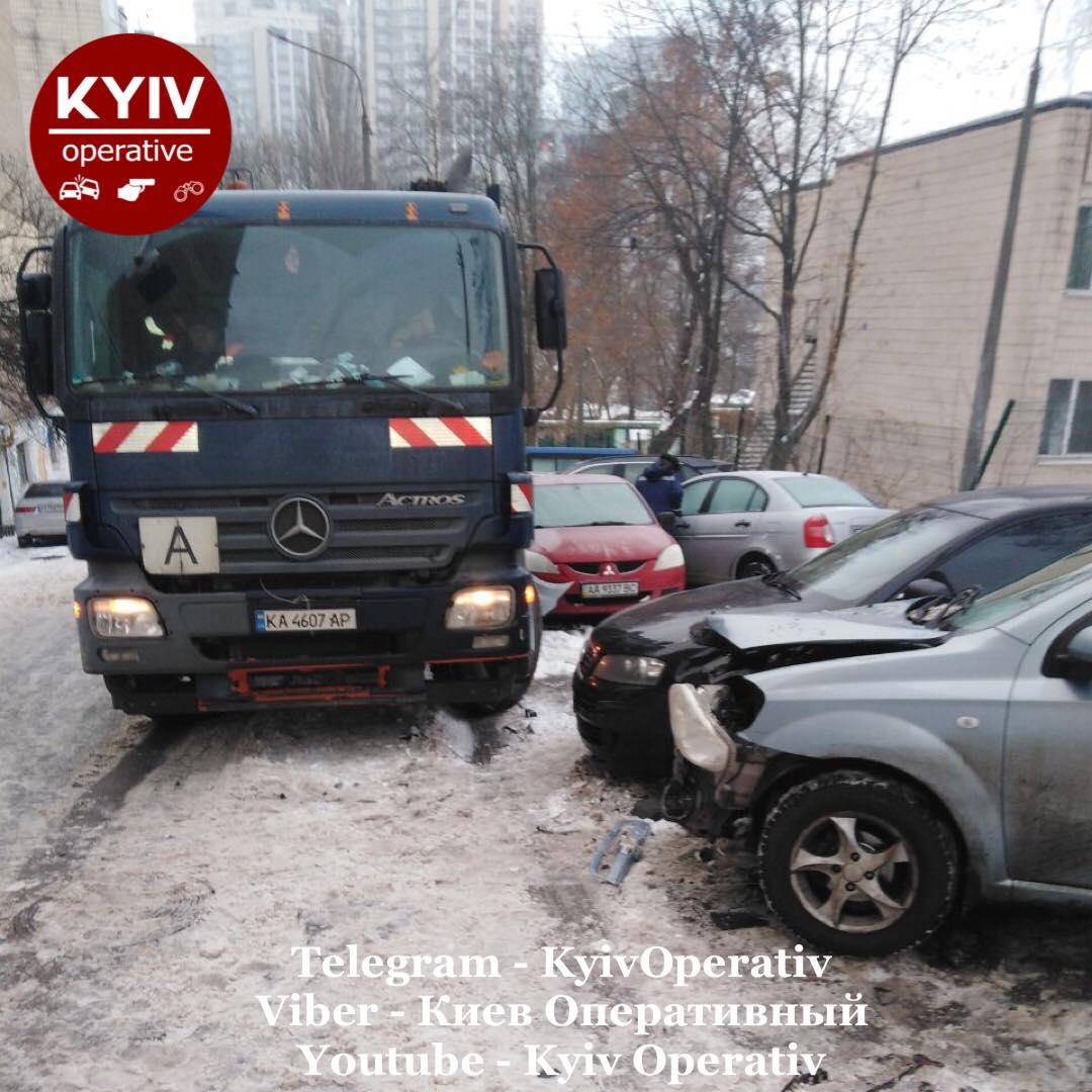 У столиці сміттєвоз пошкодив з десяток автівок - сміття, зіткнення - 141626096 1185876168475134 9020653209782277236 o