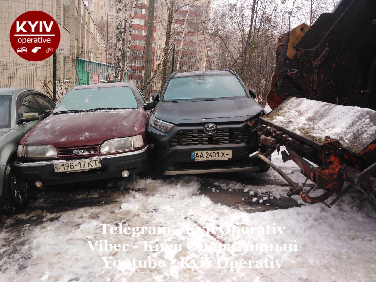 У столиці сміттєвоз пошкодив з десяток автівок - сміття, зіткнення - 141655743 1185876185141799 3994708464135792842 o