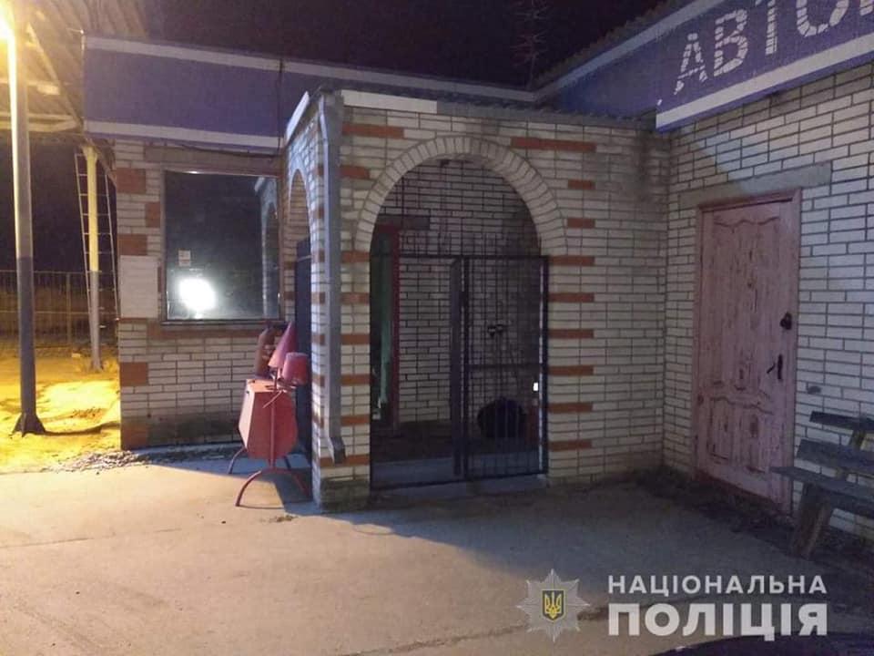 Пасажир таксі зухвало пограбував АЗС в Іванкові - поліція Вишгородського району, пограбування, Іванків - AZS1