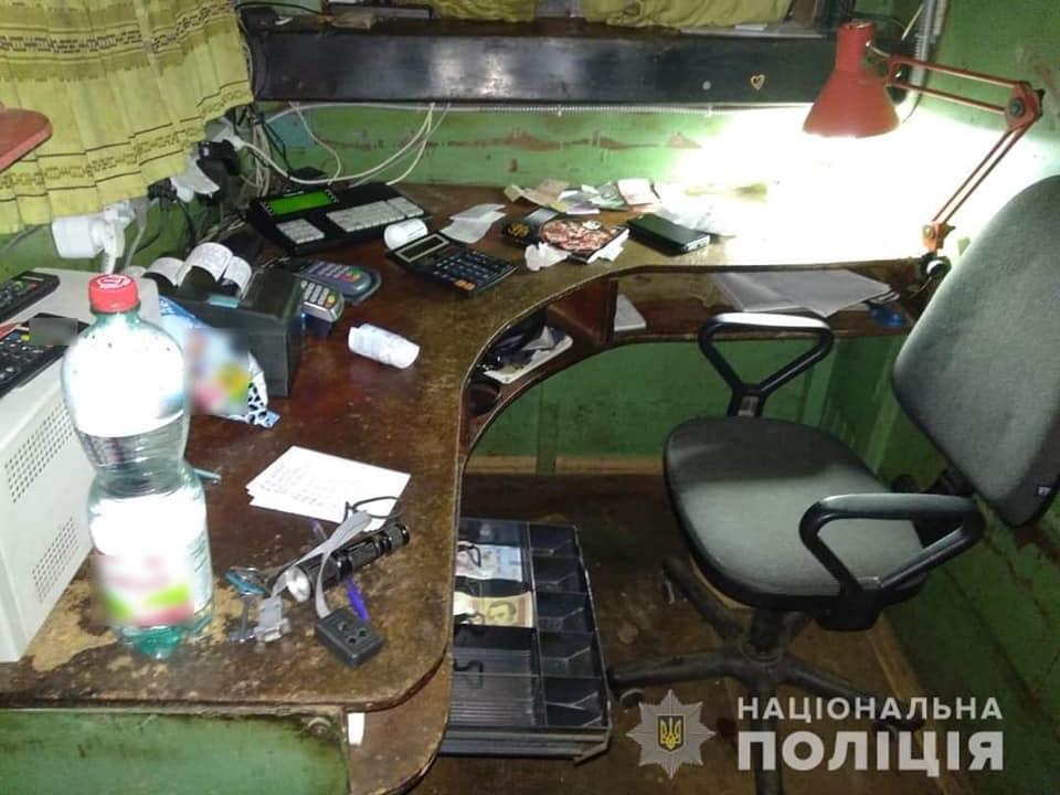 Пасажир таксі зухвало пограбував АЗС в Іванкові - поліція Вишгородського району, пограбування, Іванків - AZS3