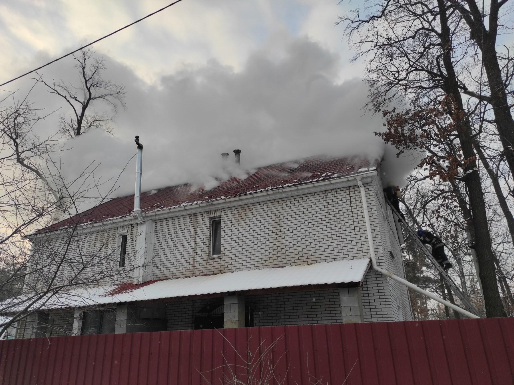 У Бучі вогонь спалахнув на горищі двоповерхівки - рятувальники, пожежа будинку, київщина, Бучанська ОТГ - Bucha Vysh