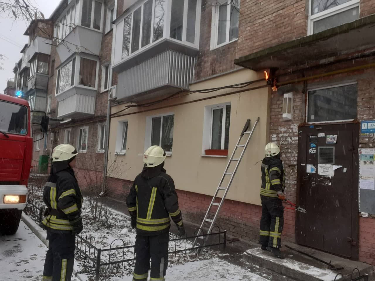 У Вишгороді загорівся електрокабель - рятувальники, пожежа, Вишгород - Kabel2