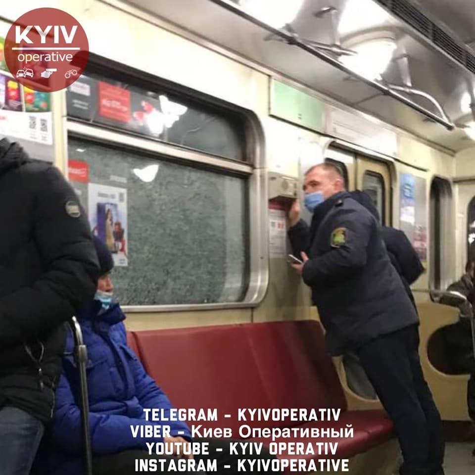 Вандали у київському метро розбили вікна у чотирьох поїздах - Київський метрополітен, вандали - Kyyv metro 1