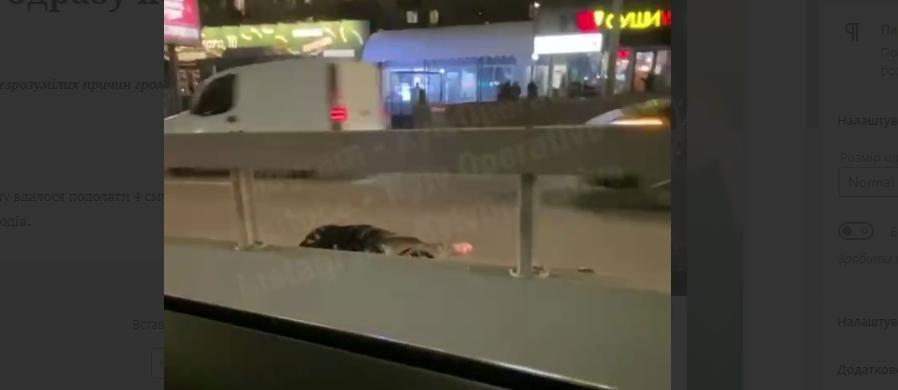 У Києві чоловік переліз через відбійник й одразу потрапив під авто (відео) - пішохід, ДТП, дорога - Novyj rysunok 1
