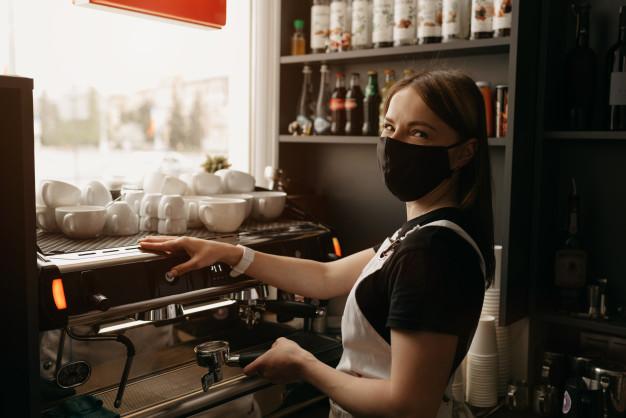 Штрафувати підприємців за відсутність масок у клієнтів почнуть 14 січня - маски, коронавірус, COVID-19 - a barista in a face mask makes a cup of coffee in a cafe 221404 849
