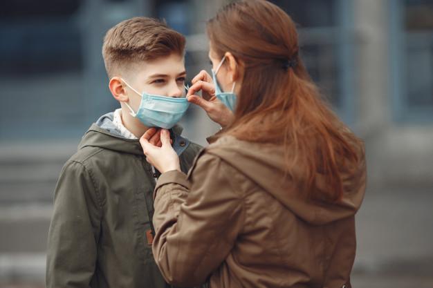 Україна отримала 1,2 млн ПЛР-тестів - українці, тестування, статистика COVID-19, ПЛР-тести, коронавірус - a boy and mother are wearing protective masks 1157 31375