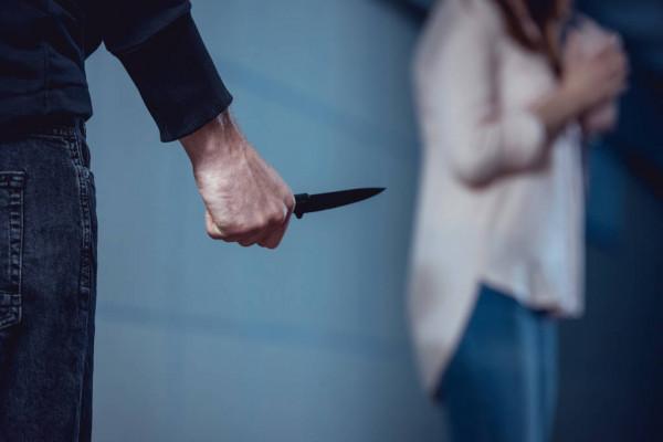 За вбивство жінки та погрозу поліцейським жителя Кагарлика засудили на 11 років - погрози, крадіжка майна, вбивство - depositphotos 282083190 stock photo selective focus thief knife standing