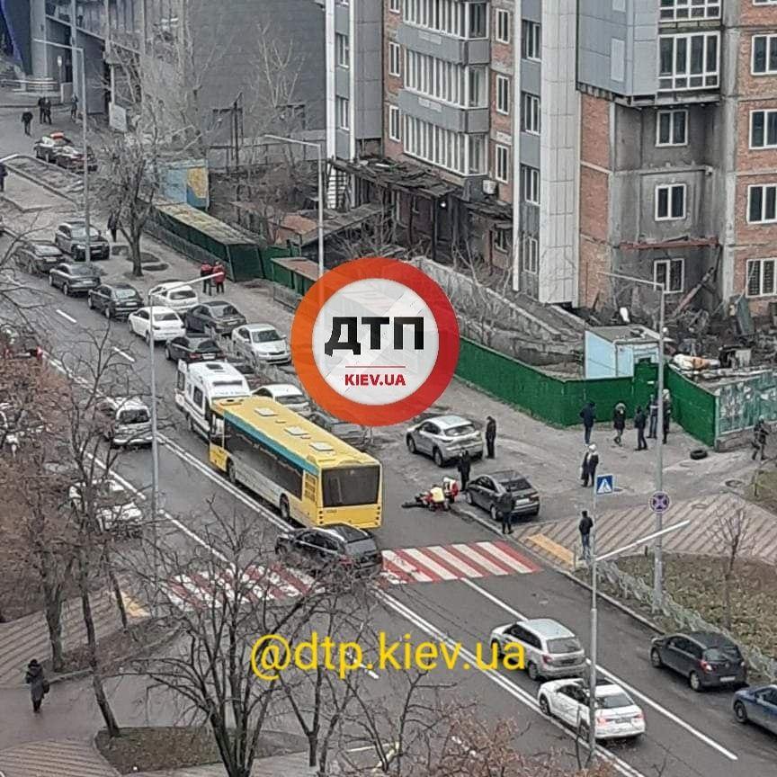 """У Києві автобус збив пішохода на """"зебрі"""" - пішохідний перехід, пішохід - photo5219948908069892033"""