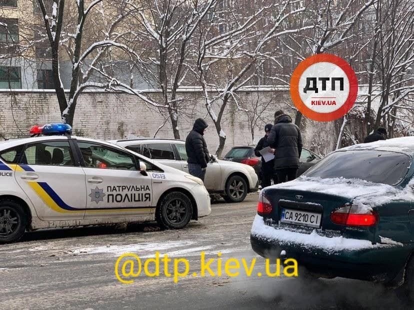 Київ: у масштабній аварії зіткнулось 9 автівок - ожеледиця, зіткнення, Аварія на дорозі - photo 2021 01 15 10 41 17 2